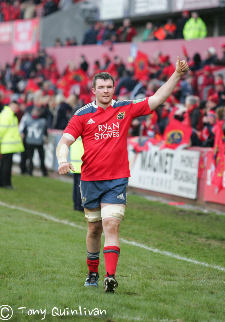 Peter O'Mahony waving to the Munster crowd (C) Tony Quinlivan