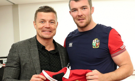 Brian O'Driscoll presents the Lions players their test jersey